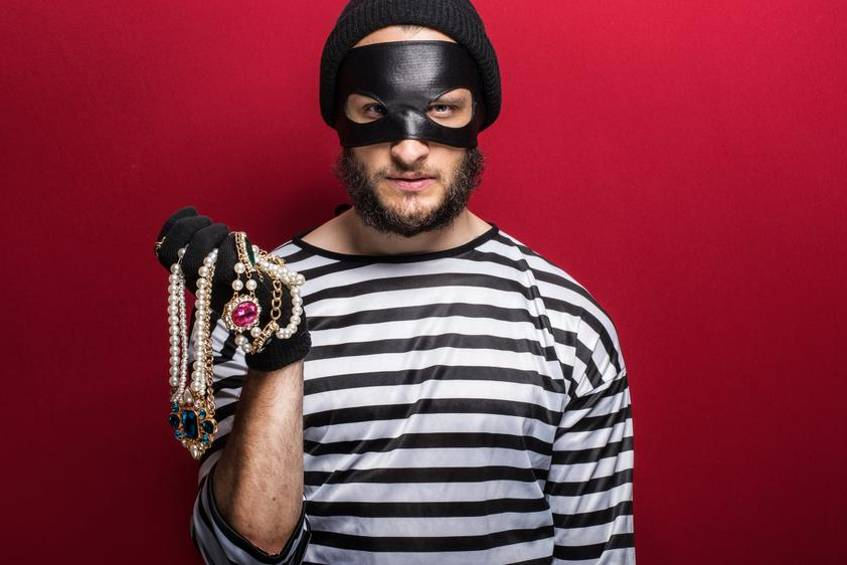 Perfect in matching outfits: Bank robber
