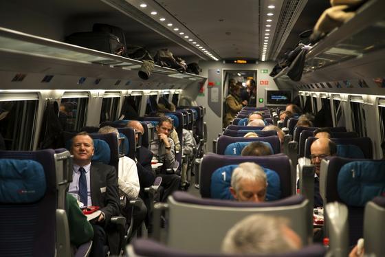 voll-besetzer-zug-durch-den-laengsten-eisenbahntunnel-der-welt_image_width_560